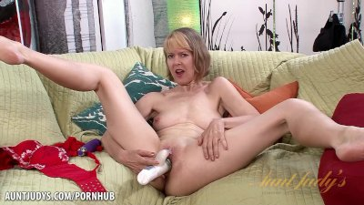 Mature babe Jamie Foster wants you to watch her cum!