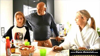 Preview 1 of Stieftochter Gefickt, Ihre Schockierte Freundin Gelutscht
